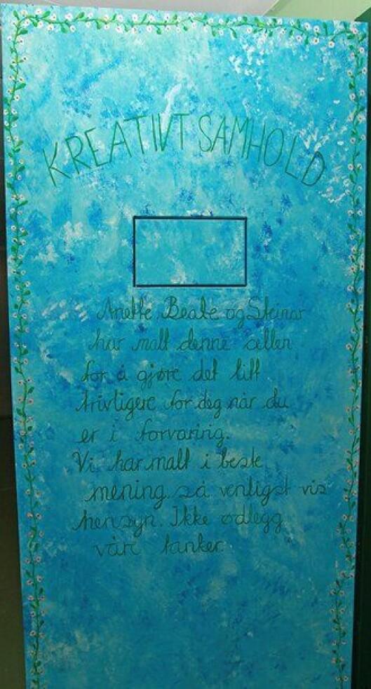 En hyggelig beskjed og anmodning venter gjester på glattcella fra de tre kunstnerne.