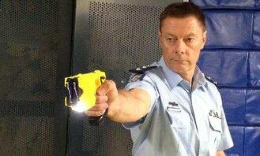 Politiet i New Zealand viser fram Taseren. Foto: Privat