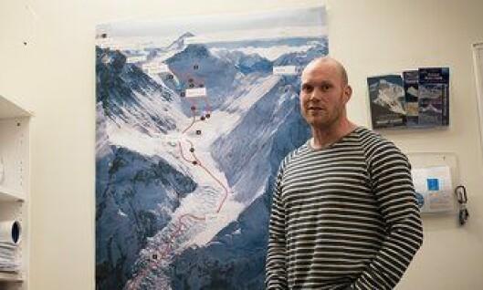 Inge Meløy under forberedelsene på kontorene til Hvitserk, selskapet han leder ekspedisjonen for, før turen. På veggen henger Mount Everest.