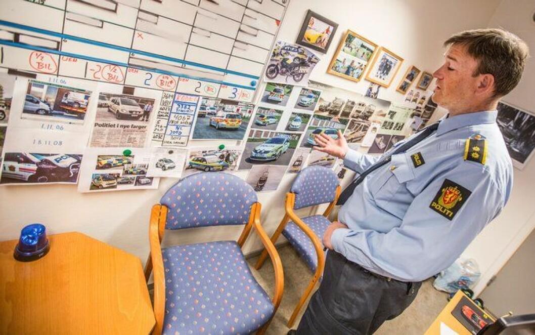 Det meste av forslag til ny uniformering av politibiler er samlet på kontorveggen til politioverbetjent Morten Østraat på Manglerud.