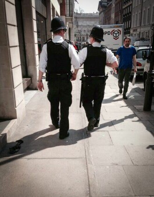Ubevæpnede bobbier trasker gatelangs i London mens politiforeningen krever umiddelbar bevæpning med taser.