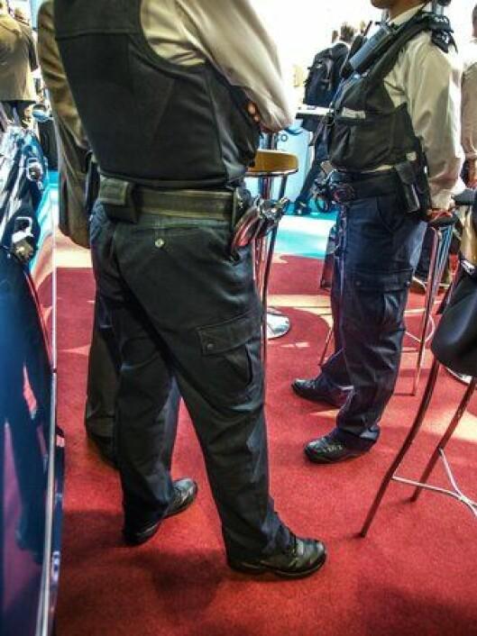 """Ubevæpnet: Konstabler til fots har lite i sine belter. Dype røtter i den britiske folkesjela vil ha et politi som er """"en av oss"""", og """"oss"""" er ubevæpnet."""