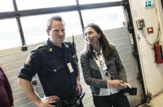 Politibetjent Andreas Øvland og prosjektleder Tonje Jansen (PFT)