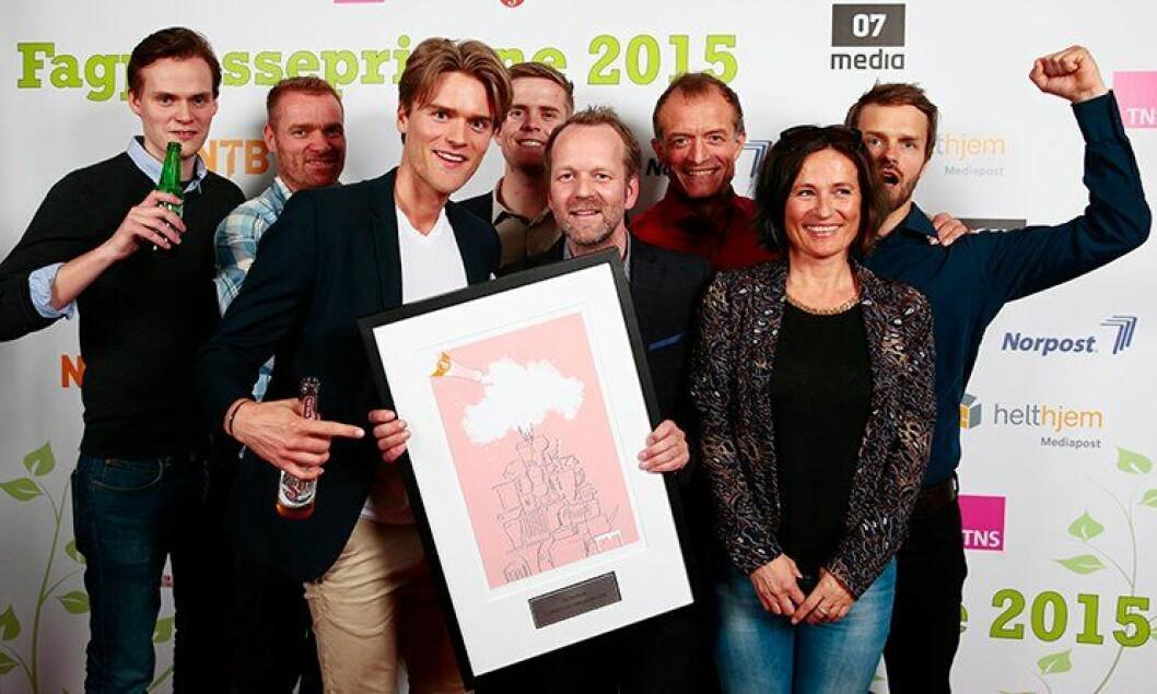Her er Politiforum etter at forsideprisen ble tildelt. Fra venstre: Ådne Sinnes, Stig Kolstad, Benjamin Gjerde, Torkjell Trædal, Øyvind Kristiansen, Ole Martin Mortvedt, Heidi Bjørkedal og Erik Inderhaug.