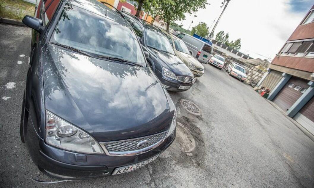 BILPARKEN: Sivile biler i Nordre Buskerud som står i faresonen for å få utrykningsforbud. I bakgrunnen står en uniformert V70 som allerede har fått det.