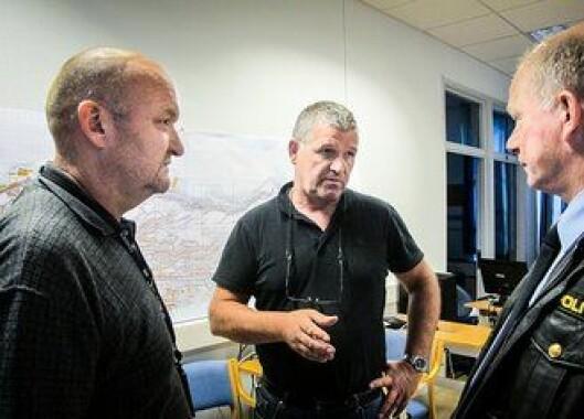 Kripos: Jon André Nilsen fra Kripos og påtaleleder Yngve Skovly i diskusjon under Aksla-saken. Bak dem et kart over Ålesund.
