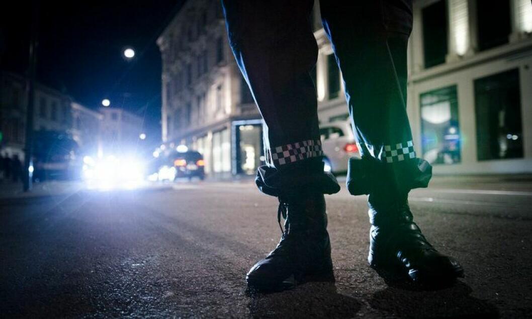 Under den store skinnjakken og i feltstøvlene er det faktisk et menneske med følelser, ikke bare en «politibetjent».