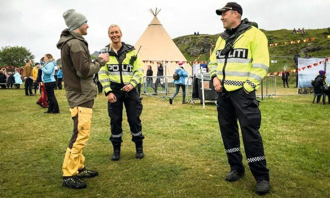 FÅR HØRE MYE: Pernille Skodje og Håvard Sjåvik får både historier og komplimenter fra festivalpublikummet.
