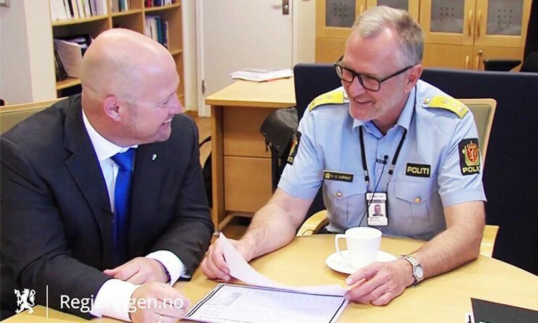 – Det er hyggeligere å være politimester nå enn det var den gangen for å si det sånn, ler politimester Sjøvold i videoen, når han intervjues av justisminister Anders Anundsen om tilstanden i Oslo-politiet.