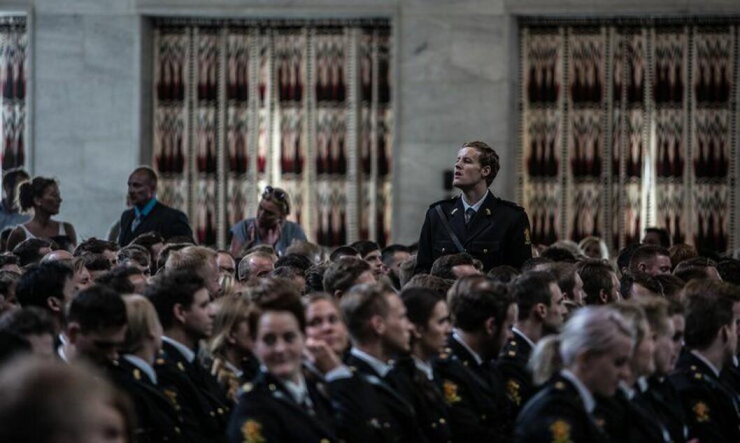 Kun én av ti fra PHS sitt 2015-kull har fått fast jobb i politiet. Bildet er fra avslutningssermonien i rådhuset i Oslo før sommerferien.
