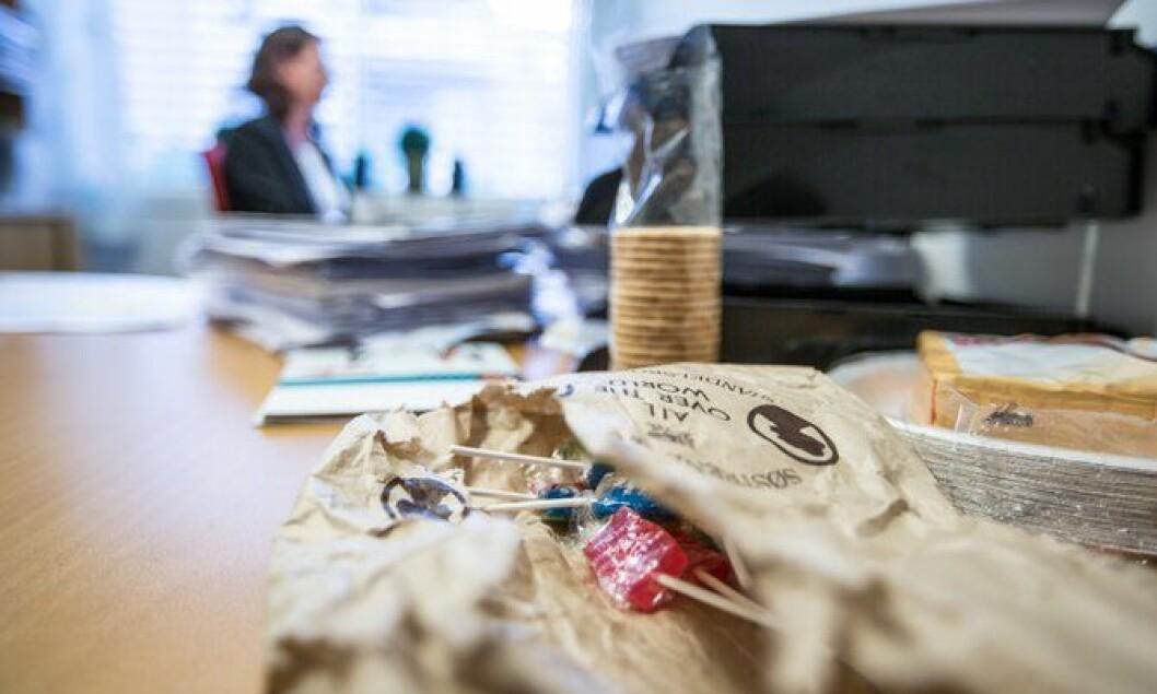 Posen med slikkepinner som ligger klar på pulten til Merete Christin Beck.
