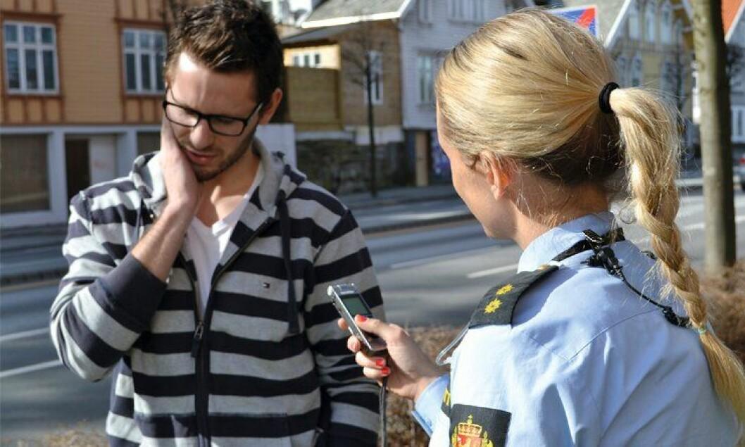 PÅ TAPE: Hver politibetjent får en personlig lydopptaker for opptak av avhør. Her er det Olav Magnus Eik Espedal og Heidi Mikalsen Smidth Svendsen i politiet i Stavanger som demonstrerer hvordan avhøret kan gjøres.