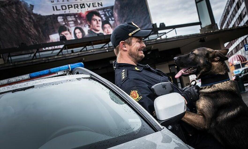 Thorstein Knudzen og politihunden Bjarne ser ut til å glede seg over ny hundebil.