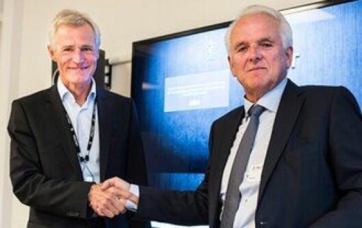 Direktør i PFT, Helge Clem (til venstre), og administrerende direktør i Volvo Cars Norge, Øystein Herland, signerte i dag ny hundebilavtale.
