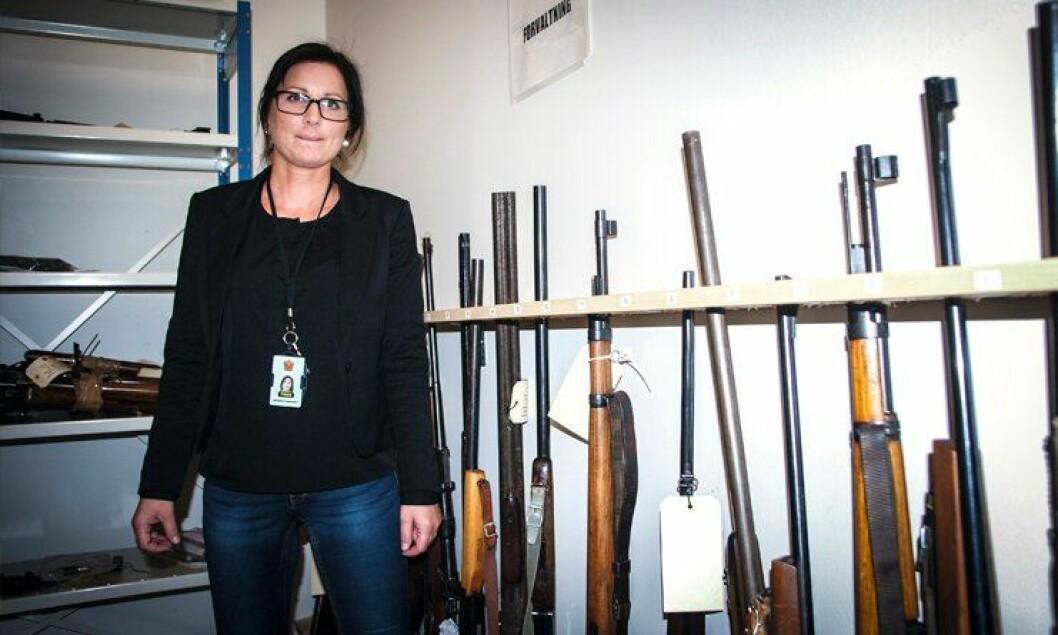 BILDETEKST: Har oversikt: På våpenrommet i Helgeland politidistrikt, kan Hege Almås ved Sivilavdelingen konstatere at distriktet er et av distriktene med færrest våpen registrert på døde eiere.
