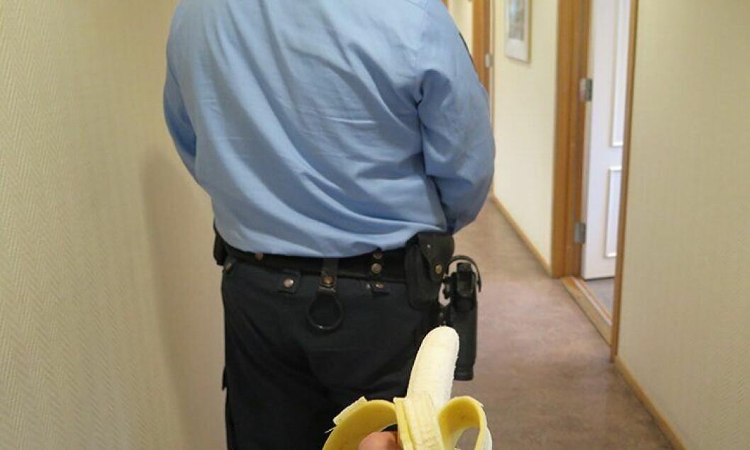 Hvordan avvæpne en politimann med banan.