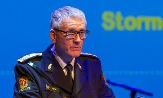 Assisterende politidirektør Vidar Refvik vurderer å endre på stjernene på skulderklaffene til ansatte. Her under avslutning i Bodø.