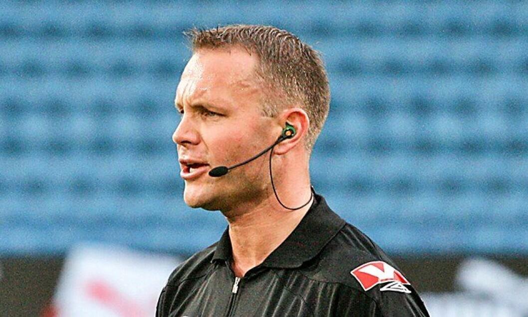 Ken Henry Johnsen jobber til daglig på Tønsberg politistasjon. Men han er også fotballdommer på øverste nivå i Norge.