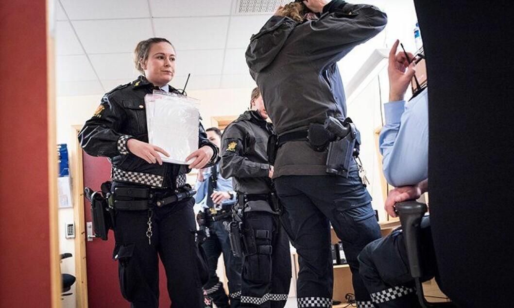 FÆRRE: Det kommer langt færre asylsøkere til Norge, og det fører til at politiet ikke klarer å nå Regjeringens måltall. Her fra rekordåret 2015 da ansatte ved grenseovergangen på Storskog i Sør-Varanger forberedte seg på å ta imot enda flere asylsøkere. ARKIVFOTO