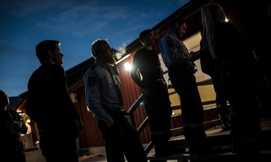 De nye betjentene som kom med flyet fra Oslo tidligere på dagen får en rundtur og opplæring på det nye mottakssenteret. De får også kjenne på kulden som har kommet krypende den siste tiden.
