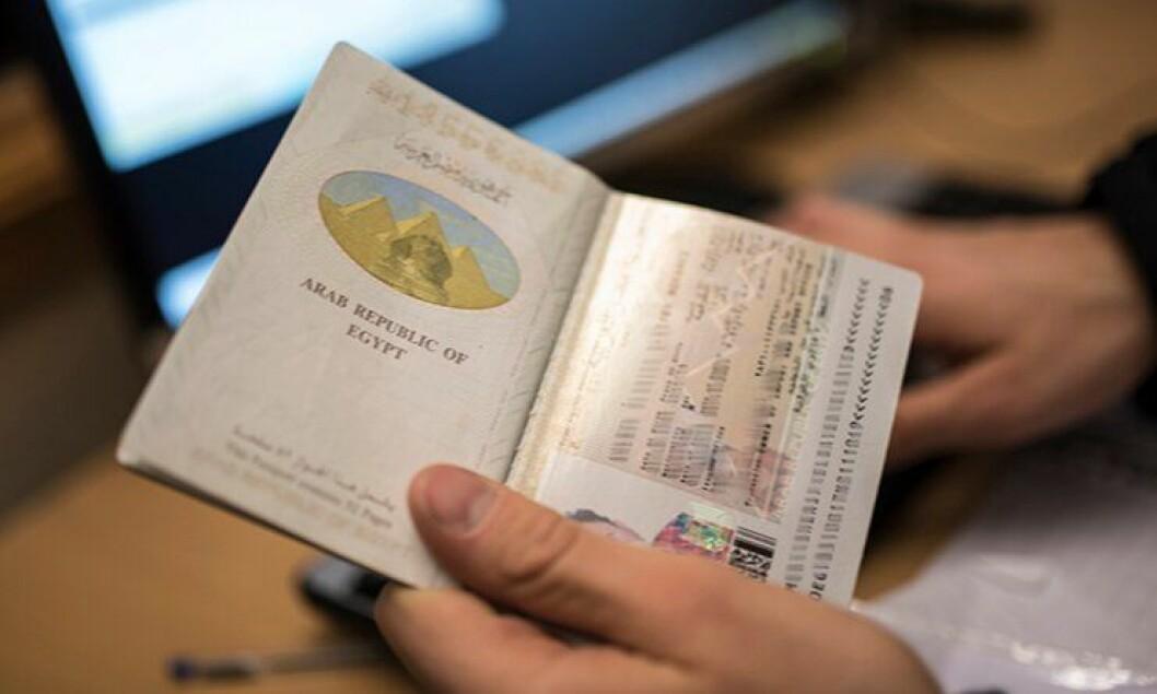 Et egyptisk pass sjekkes på Storskog grensekontrollsted.