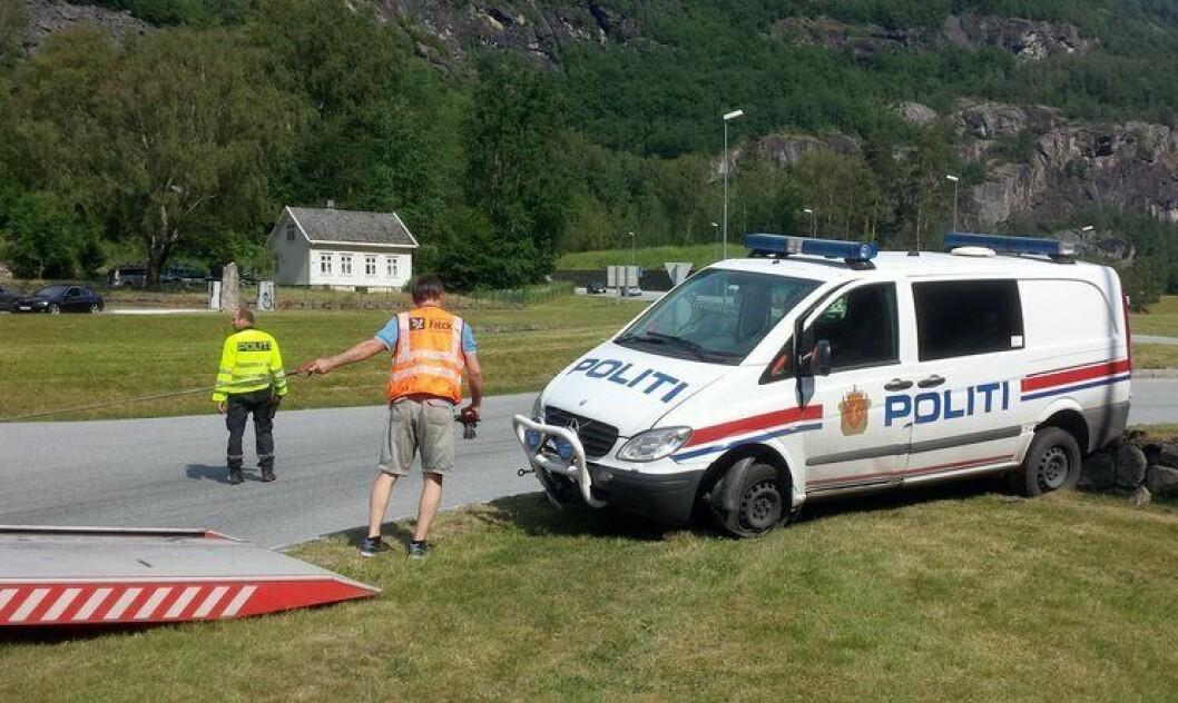 Bremsene sviktet på denne gamle politibilen i Sogn og Fjordane i sommer. Bilparken er sliten i flere distrikter, og kunne trengt utskifting.