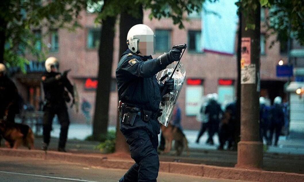 Svensk politi skyter mot en folkemengde under en demonstrasjon mot EU-toppmøte i Gøteborg 2001.
