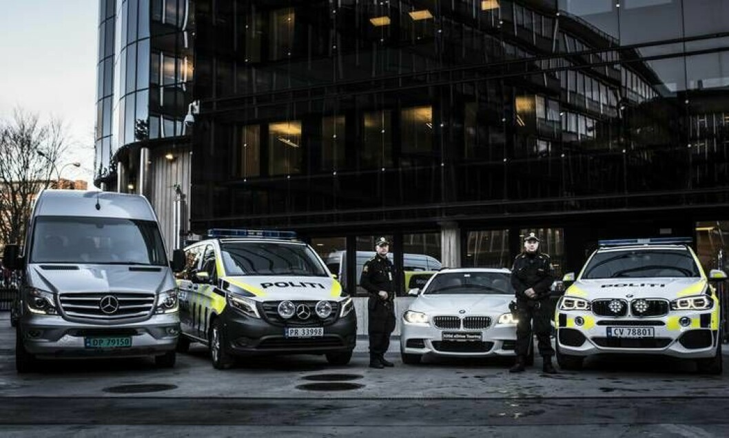 Frank Muri og Martin Kristiansen foran de fire bilene politiet har signert.
