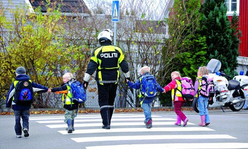 Fem skolebarn i Larvik fikk en opplevelse for livet da de fikk gå hånd i hånd med en betjent fra Utrykningspolitiet.
