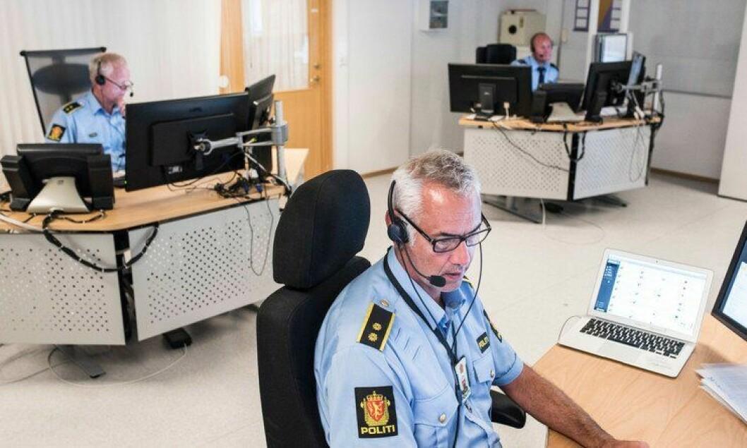 Må vente: Operasjonssentralen i Tønsberg skal bli værende, men blir kanskje den siste sentralen som blir slått sammen med andre. Johannes Nysæther og de andre operatørene må vente med å få nye kolleger til politistasjonen er utbygget.