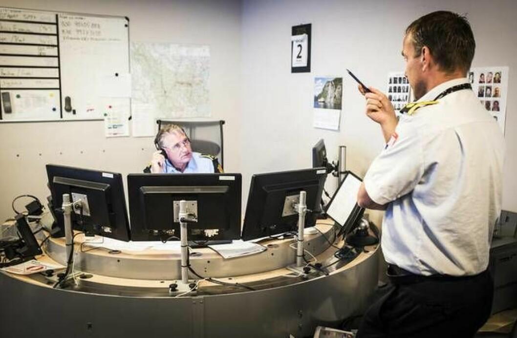 En operasjonsleder på politiets operasjonssentral snakker med en kollega fra en annen av etatene, i landets eneste samlokaliserte operasjonssentral i Drammen.