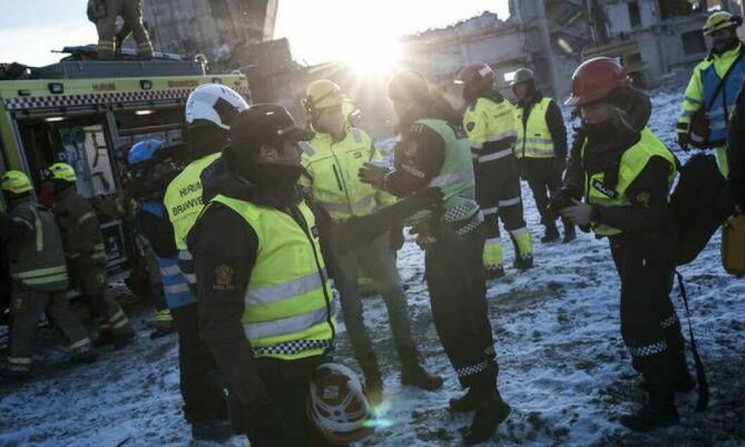 Lokale brann- og politimannskaper venter på bistand fra Redningsgruppa og Hundepatruljen i Oslo.