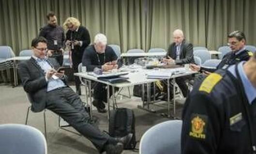 Politisjefer bruker pausen på møte i nasjonal ledergruppe på å installere politiets jobbmail på telefonen. Rundt bordet sitter Ole Sæverud (pm i Troms), UP-sjef Runar Karlsen, Hans Vik (pm i Sør-Vest) og avdelingsdirektør i POD, Knut Smedsrud.