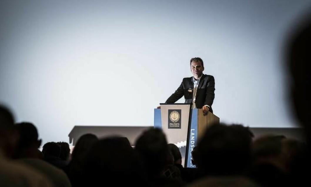 PF-leder Sigve Bolstad på talerstolen under landsmøtet i november. Da fortalte justisministeren at han ville utrede bevæpning.