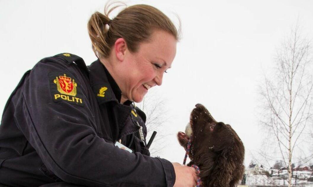 Politiførstebetjent Anette Carnarius Elseth har blitt politisk rådgiver for justis- og beredskapsminister Anders Anundsen (Frp). Her sammen med politihunden Sonny i 2013.