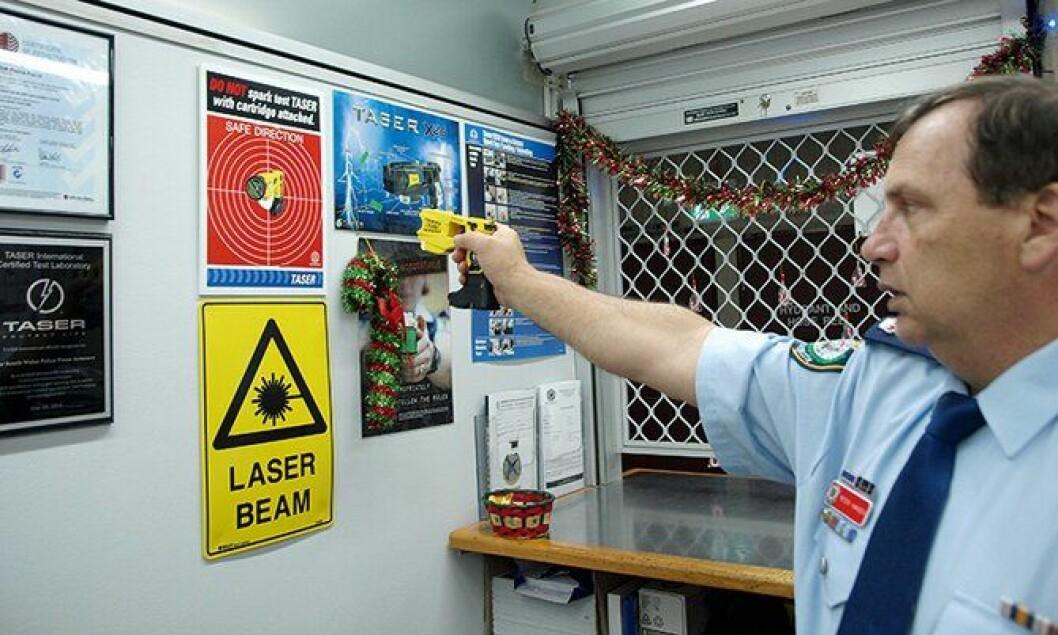 Peter Hansen i Sydney-politiet kjører en funksjonskontroll av elpistolen.