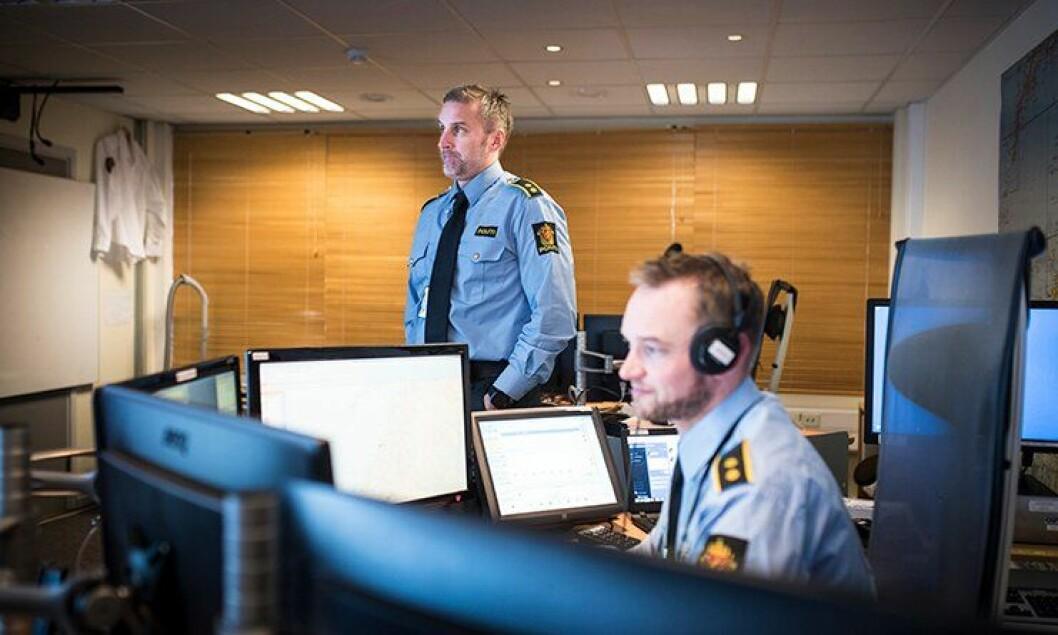 Espen Fagervoll (stående) og andre operatører i Nordland politidistrikt kan trolig se fram til en flott og ny samlokalisert operasjonssentral.