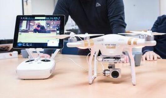 Ipaden festet til kontrollen viser direktebildet fra kameraet festet under drona.