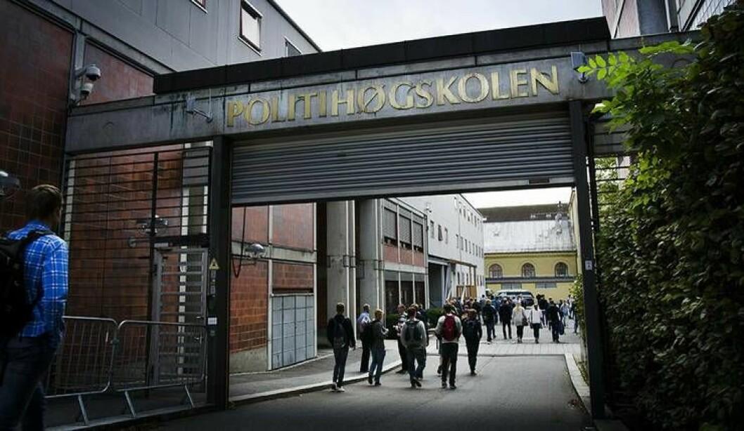 Nye studenter på vei inn i skolegården på Politihøgskolen første studiedag. Igjen er det flere enn noen gang som vil være blant dem.