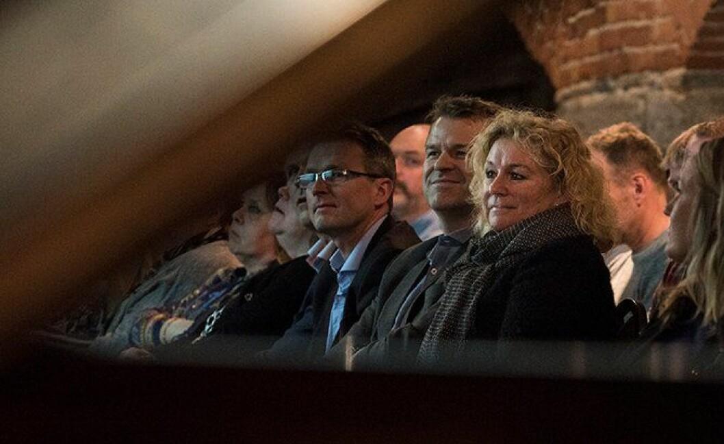 Politimester i Sør-Øst Christine Fossen under årsmøtet i til PF-lokallaget i distriktet. PF-leder Sigve Bolstad sitter ved siden av henne.