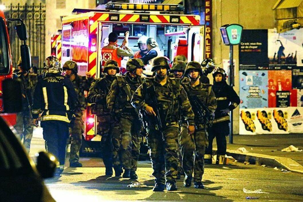 SKREKKNATTEN: Soldater og redningsmannskap i Paris natt til 14. november 2015, da terrorister utførte en rekke koordinerte bombe- og skyteangrep flere steder i byen. 130 mennesker mistet livet. Politiet mener det er naivt å tro at et lignende angrep ikke vil ramme Norge. I går rammet terroren også Brussel.