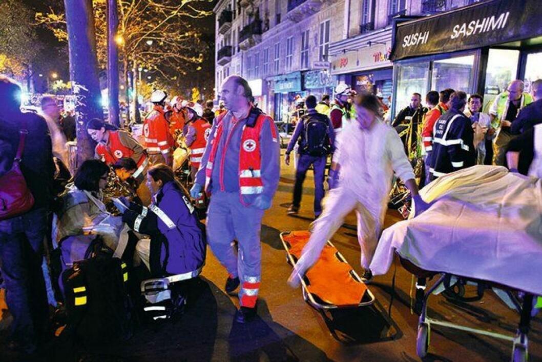 KAOS: Terrorangrepet i Paris natt til 14. november 2015 er det dødeligste siden andre verdenskrig. Her tar redningsmannskaper seg av overlevende etter angrepet på konserthallen Bataclan, der 90 publikummere på en Eagles of Death Metal-konsert ble drept i en gisselaksjon.