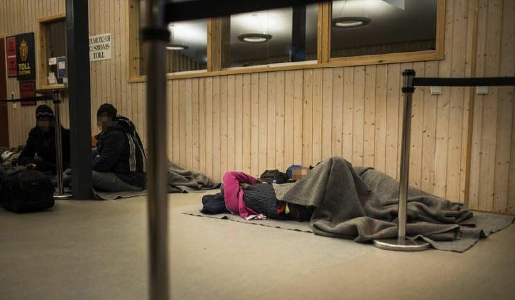 Asylsøkere politiet mener er uten rett til opphold sover på gulvet på Storskog grensestasjon.
