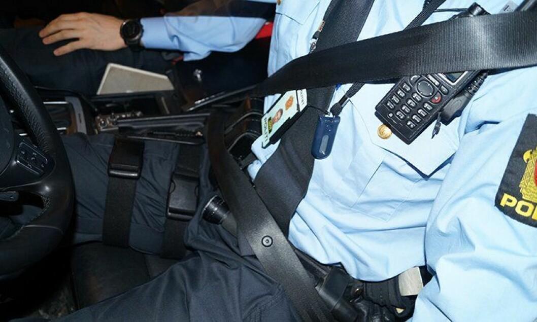 Mange polititjenestemenn er ikke klar over risikoen med å kjøre med sikkerhetsbeltet utenpå eksempelvis nødnettradioen på brystet.