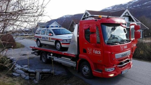 SISTE REIS: Politibilen N3-0 fraktes avgårde med Falck. Det ble 15 år i tjeneste for den trofaste bilen.