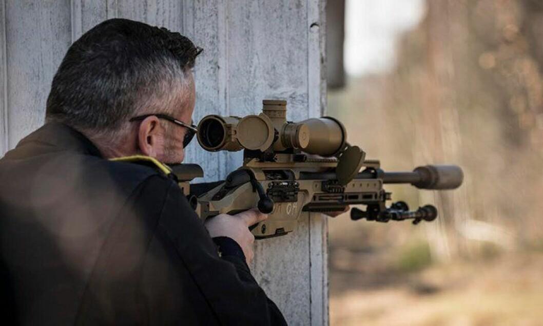 Sondre Wold ved PHS demonstrerer knestående stilling med støtte mot vegg, med det nye skarpskyttervåpenet fra Steyr. Politiets versjon blir sort.