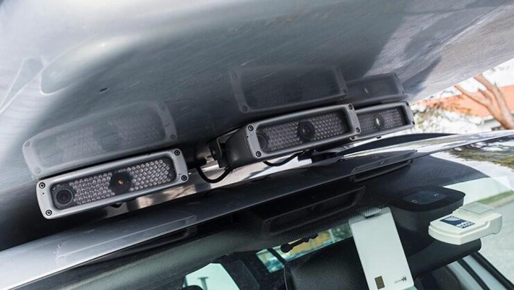 Tre ANPR-kameraer montert under en takboks på en av Tollvesenets biler. Slike kameraer og ANPR-enheter må politidistriktene se langt etter, samtidig som toll- og vegvesen satser på teknologien.