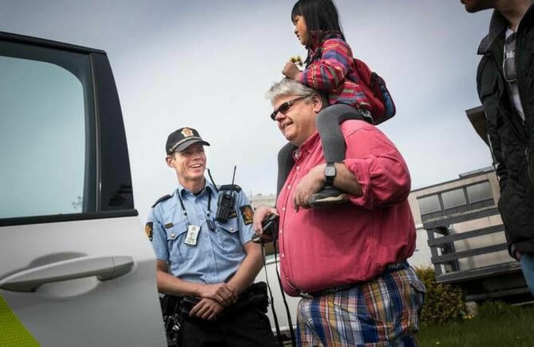 Politibetjent Sigurd Kringstad traff både unge og gamle BMW-entusiaster under BMW-treffet på Bjerke.