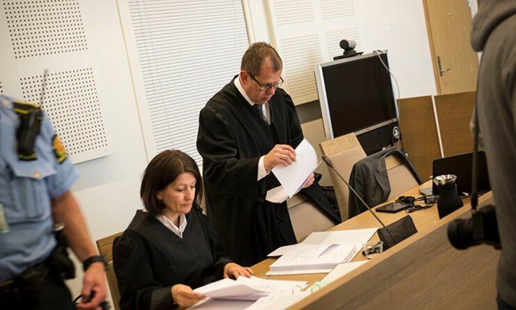 Rettssaken etter skuddene på Roa på Hadeland i fjor, er i gang. Her er statsadvokat Thorbjørn Klundseter (til høyre) og polititjenestemennenes bistandsadvokat.