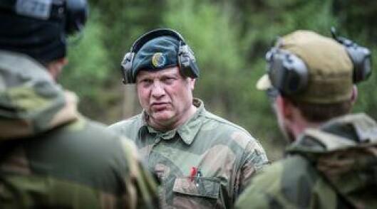 Trond Mostue i Forsvaret instruerer i nærkamp og mindre dødelige våpen. Han utsetter befalet for direkte eksponering av pepperspray.